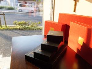 店内から綱島街道を眺めて。慶應義塾矢上キャンパスの学生や、多く通りかかる通勤・通学客に「毎日」親しんでもらえるお店になるのかに注目が集まりそう