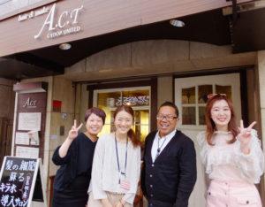 日吉で開業し21周年を迎えたACTグループのメンバー。写真左からACT JAMの蛭田沙奈さん、美容室ACT店長の布久美子さん、ACTグループ代表・内田敏夫さん、ACT ZIP店長の石川あきこさん