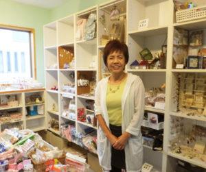 """綱島育ちの小泉さんは、綱島周辺への街への想いも深い。近隣小中学校でのPTA講習会の講師を務めることも。ハンドメイド仲間たちの""""コミュニケーション広場""""としてM工房をオープンし13年になる"""