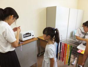 美術部の学生も、「7月から準備してきました」と心をこめて子どもたちにも対応