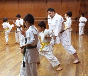 日吉道場での稽古風景。空手では珍しいという「グループ」での練習を採り入れ、共に学び合うことを大切にしているという