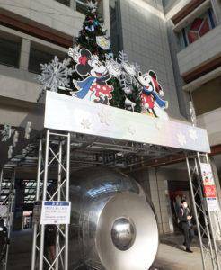 今年はミッキーとミニーのクリスマス・ツリー。ぎんたま(ギンダマ)の上に輝きます(8時30分頃撮影)