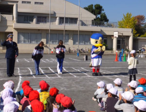 横浜F・マリノスのマリノスケとトリコロールマーメイズも参加。「マリノスケは選手より有名かもしれない」と横浜マリノス株式会社・ホームタウン・ふれあい事業部の福島潔さん