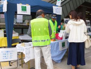 日吉駅前発の「ルート案内ツアー」は今年も盛況。慶應義塾大学日吉丸の会によるキャンパスツアーも港北区最大級の緑地を楽しめると高い評価を得た(2017年開催の様子)