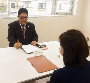 日吉本町東町会会館での相談会。女性からの相談が6割に上るという(加賀雅典法務事務所提供)