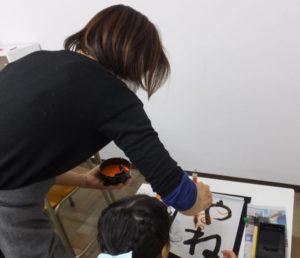 先生が朱書きで添削してくれる上に、月ごとに日本習字に作品を提出するので、自身のレベルも常に確認できる。硬筆と毛筆を月2回ずつ実施している
