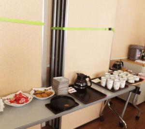 下田地域ケアプラザでの初回開催は200円。認知症カフェの料金はおおむね安価(数百円)に設定されているケースが多い