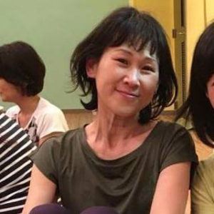 とりうみそのこさんは、日本ヨーガ療法学会の認定ヨーガ療法士。横須賀市でヨガアオソラ(yoga.aosora)を主宰している(同ジム提供)