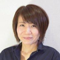 リーダー役で当日イベントの司会進行も務める霧生由佳さんは、色彩診断士・骨格スタイルアドバイザーのほか、住空間収納プランナーとしても活躍している(写真:ユー・スタイリング提供)