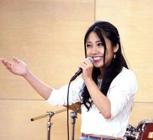 昨年(2017年)11月には、ワンダーウォール横浜代表の池田紳一郎さんのプロデュースにより、日吉台小学校・おやじの会主催でのジャズ・コンサートが同校体育館にて開催され、リトルウイングトリオのメンバーによる演奏も好評を博した。写真は上森真琴さん(同店提供)