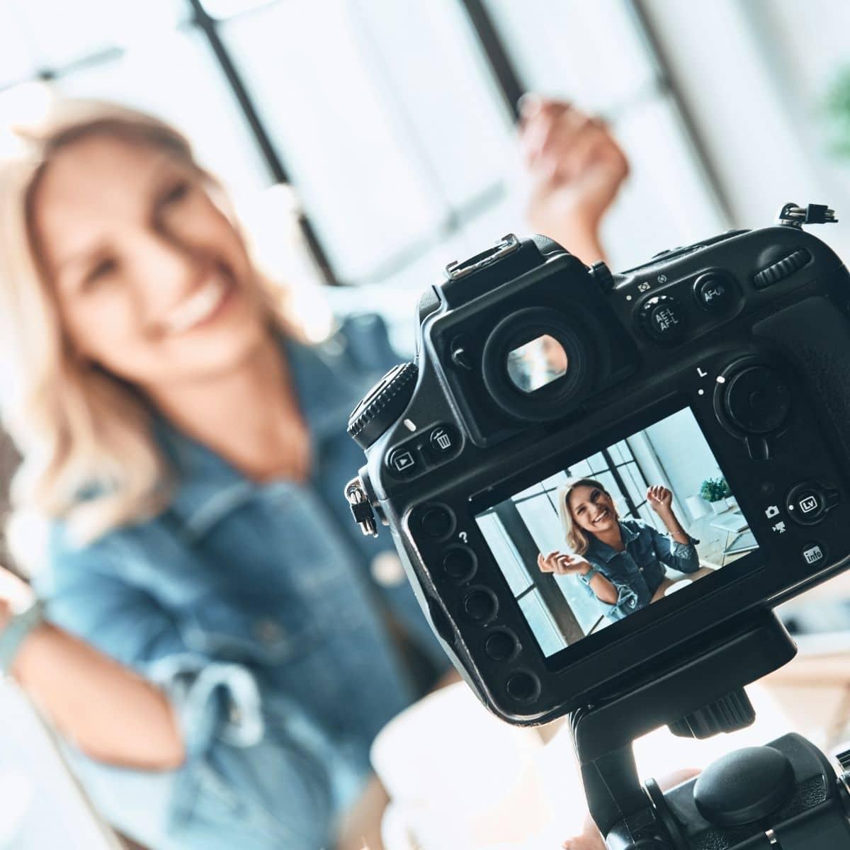 Kvinna som agerar framför kameran.