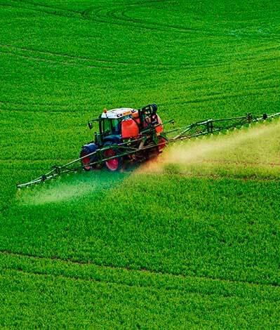 Tracto esparciendo agroquímicos
