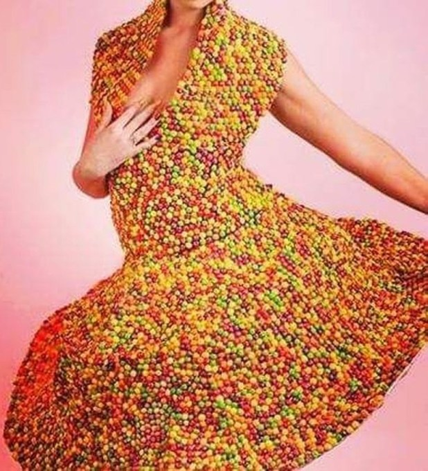 英婦挑戰最惡心稱號‧收集陰毛製胸圍長裙