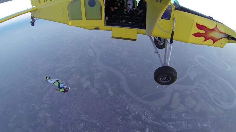 拍片說「不開傘了」 美漢跳傘自殺前與妻道別 - 香港高登討論區