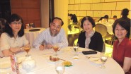 2013年冬,張壽安師受聘為城市大學客座教授,80學友左起鄧惠玲、黄秉勤,右李瑞安與張師晚膳。/黃秉勤提供。