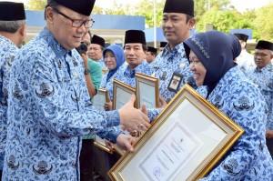 Penyerahan penghargaan Otoda di Jakarta
