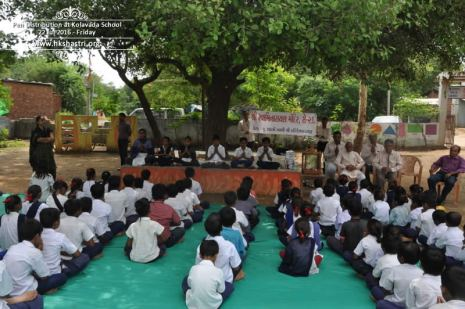 kolavada-school-pen-distribution-swaminarayan-temple-1