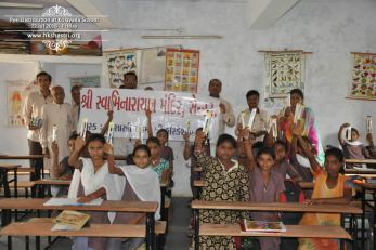 kolavada-school-pen-distribution-swaminarayan-temple-11