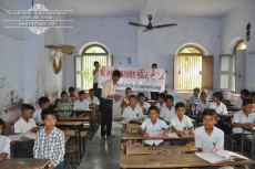 kolavada-school-pen-distribution-swaminarayan-temple-7
