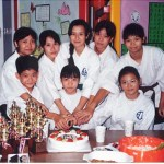 得獎學員齊切蛋糕 Winners of the competition cutting the cake