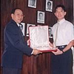 梁伯偉師傅將銀碟贈予馬來西亞師範 George Tan;紀念馬來西亞糸東流空手道本部開幕 Sensei Patrick P. W. Leung presenting a silver shield to Malaysian Sensei George Tan, commemorating the opening of the Malaysian Shitoryu Karatedo Honbu Dojo