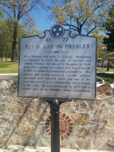 Official plaque in front of Graceland