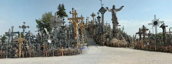 source: https://zh.wikipedia.org/wiki/%E7%AB%8B%E9%99%B6%E5%AE%9B#/media/File:Hill-of-crosses-siauliai.jpg