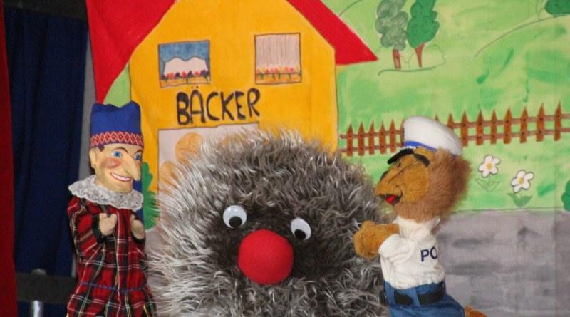 Das Kasperle, Wusel und Polizist Leon von der Polizei-Puppenbühne erklären die richtigen Regeln im Straßenverkehr.