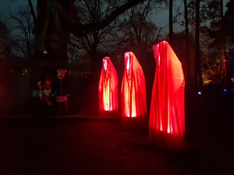 Mönche stehen im Wald und gregorianische Klänge ertönen