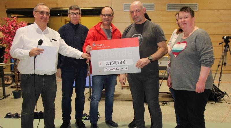 Dr. Roland Sonnenschein, JC Hadamar, Jörg Dönges, JC Limburg sowie Stefan Schneider, JC Elz (v.l.n.r.) überreichten Thomas Küppers und seine Familie die Spende der Judokas.