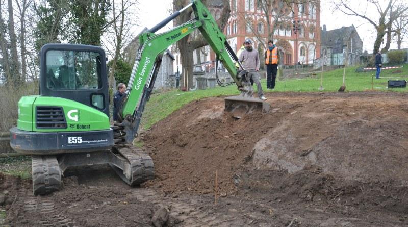Die Böschung an der nordwestlich gelegenen Spitze ist abgeflacht worden. Dort sollen einmal die Grabsteine, die sich noch im Schlosshof befinden, platziert werden.