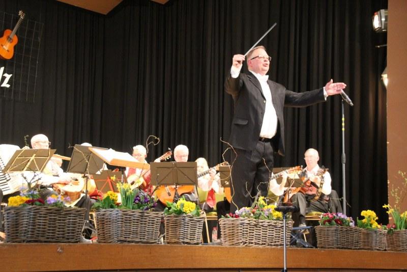 Sergej Kudriaschow dirigiert das Publikum zu den Klängen des Mandolinenorchesters.