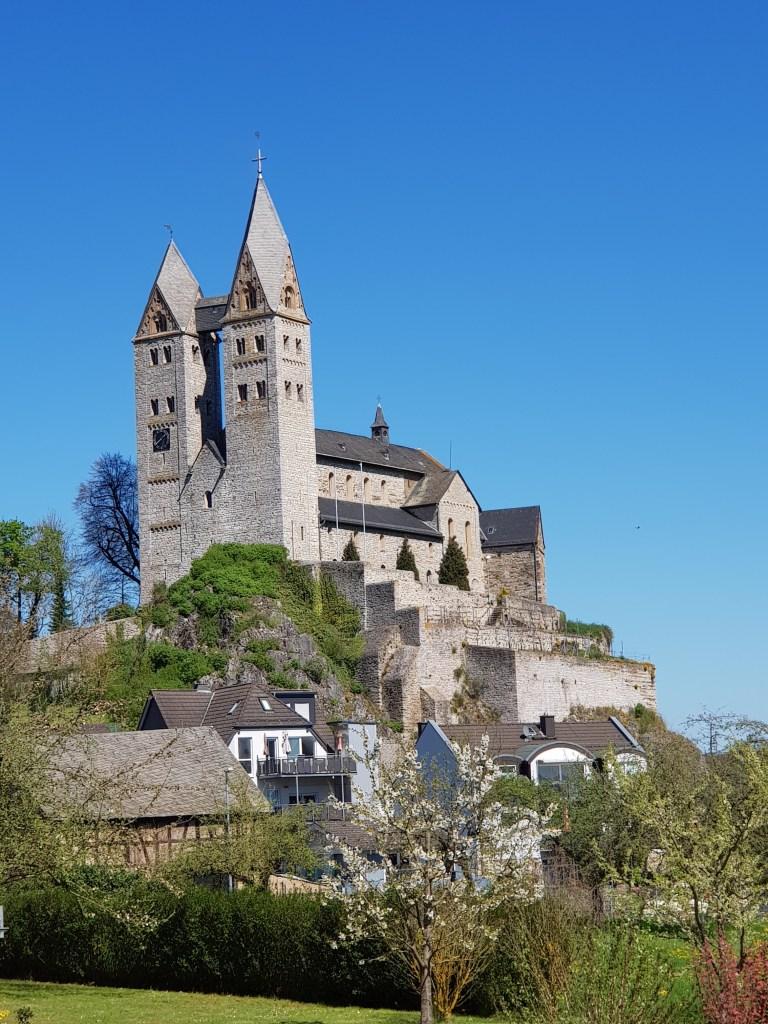 Die St. Lubentius Kirche thront hoch auf dem Felsen
