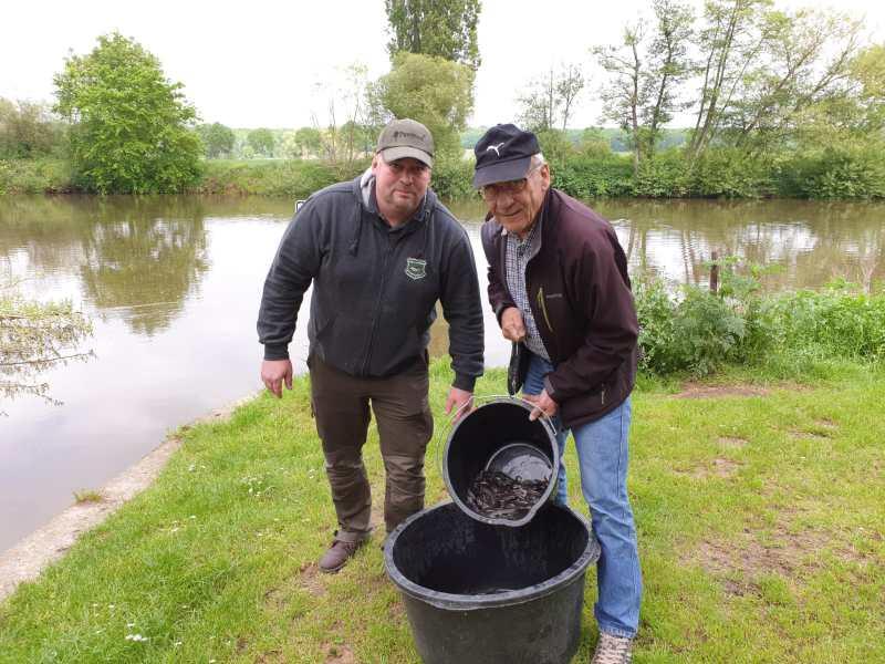 Sascha Gronau (li), Vorsitzender des SAV Limburg und Winfried Klein, Vorsitzender der IG-Lahn setzten gemeinsam Aale in der Lahn aus.