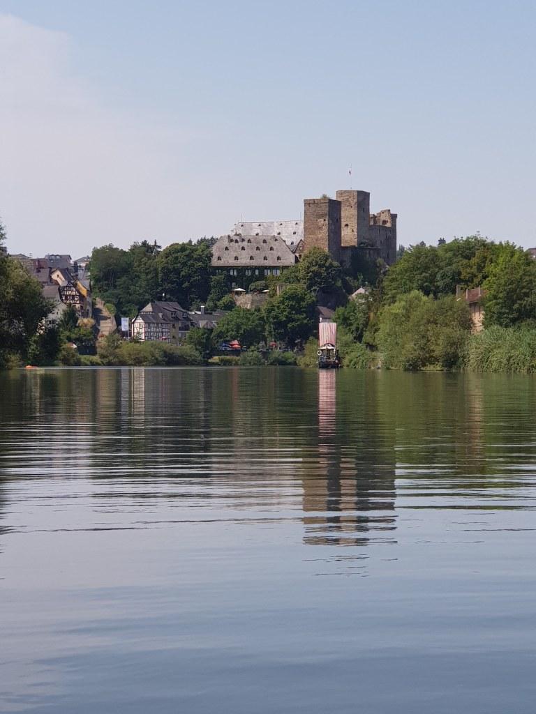 Einen neuen Blick vom Wasser gibt es auf die Burg Runkel, welche über der Lahn emporragt.