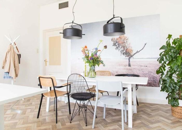 kantoor-tafel-stoelen-wanddecoratie-plant