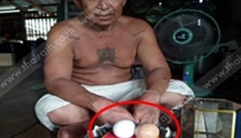 แปลก!!พบไก่ออกไข่เหมือนไข่มุกยักษ์