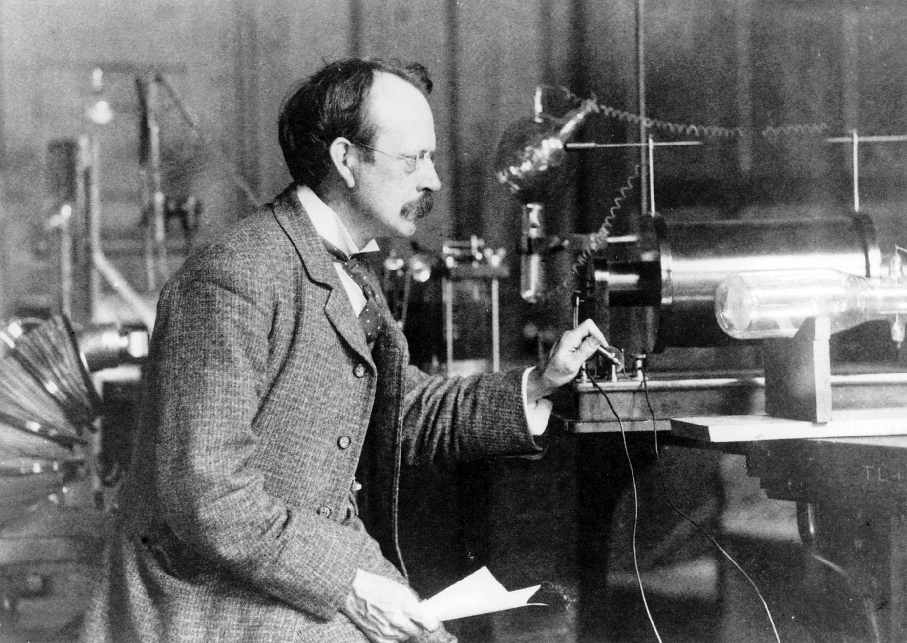 J.J. Thomson trong phòng thí nghiệm