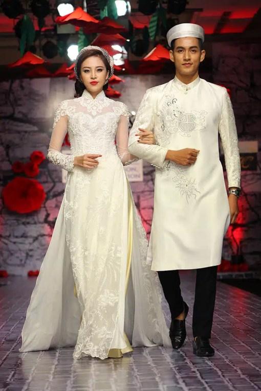 Áo dài cưới cặp màu trắng họa tiết cổ truyền