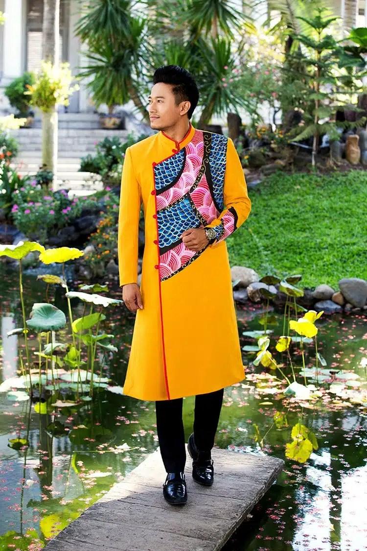 áo dài nam vàng họa tiết cách điệu nổi bật