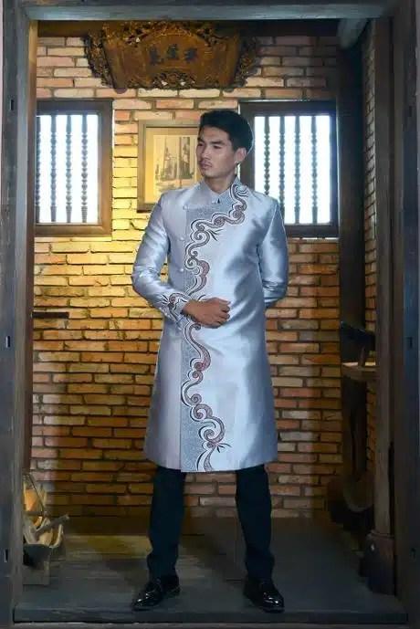 Áo dài nam cách tân màu ghi vẽ họa tiết viền sang trọng