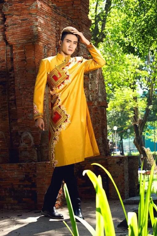 Áo dài nam cách tân vàng trẻ trung họa tiết nổi bật