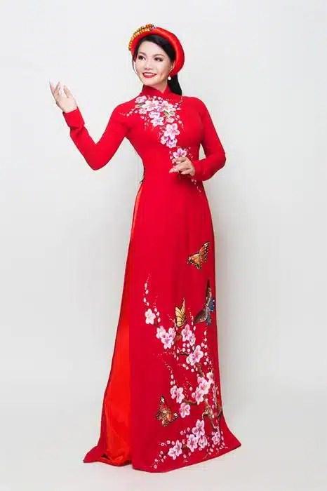 Áo dài nữ đỏ vẽ họa tiết mùa xuân