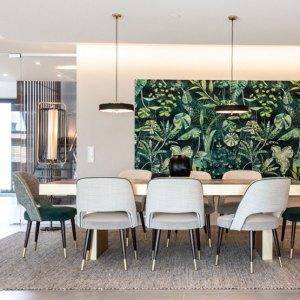 Offener Wohn Essbereich Stühle Lampen Teppich Pflanzen