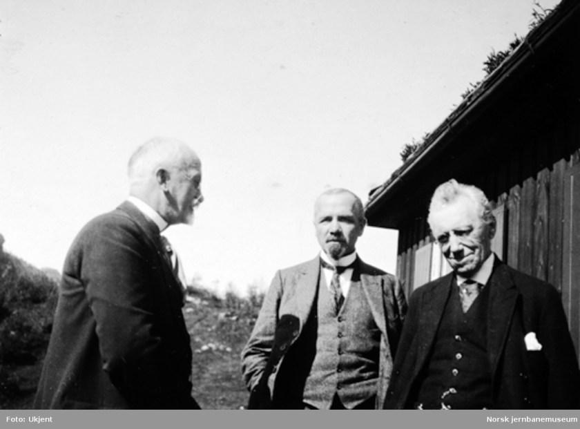 Gruppebilde med distriktsjef Engelstad, baneinspektør Eide og distriktsjef Broch (Norsk Jernbanemuseum)