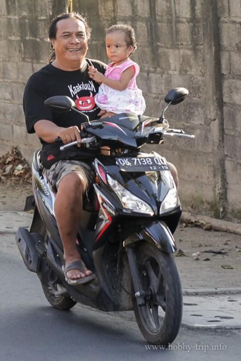 Баща с момиченце на мотопед - Кута, Бали