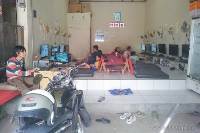 Интернет клуб в Кута, Бали - обърнете внимание на климатиците над всеки монитор