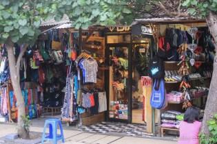 Магазинчета за дрехи на плажната улица в Кута, Бали