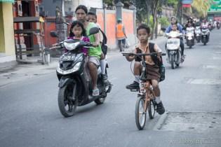 На път за училище 1 - Кута, Бали