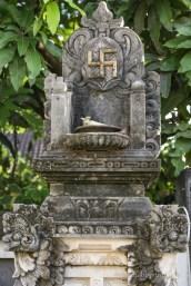 Свастика пред храм в Кута - Бали
